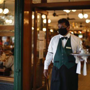 """""""Не знаю, что такое пирожное"""": в кафе Днепра работник нарушает """"языковой"""" закон (видео)"""