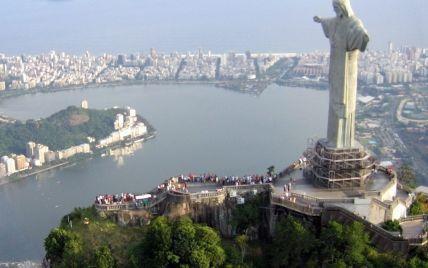 Вылезли на самый верх: в Рио-де-Жанейро двое мужчин забрались на статую Христа-Искупителя