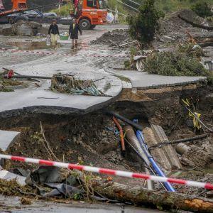 У Німеччині рятувальники втратили надію знайти живих після повені