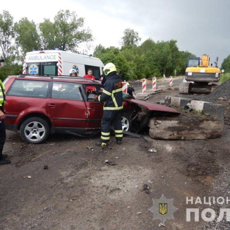 Врізався у бетонну плиту на дорозі, де триває ремонт: на Волині в ДТП загинув 18-річний водій (фото)