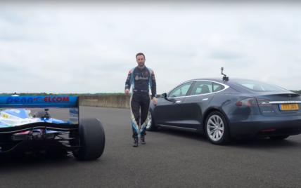 """Электрокар Tesla Model S устроил эпическую дуэль на треке с болидом """"Формулы-1"""" (видео)"""