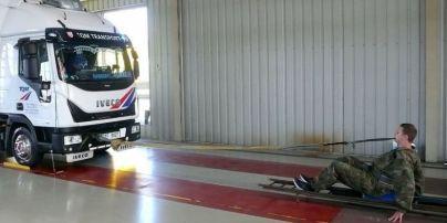 Пять тонн только зубами: в Чехии школьник установил мировой рекорд, сдвинув грузовик на более чем 3 метра