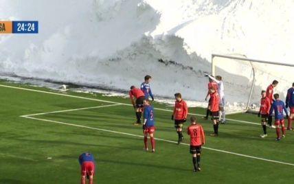 Суворі норвезькі футболісти провели матч серед триметрових заметів