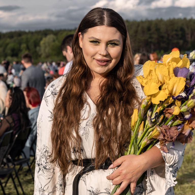 В цветочном платье и с собакой: солистка KAZKA Александра Зарицкая посетила фэшн-показ в стиле украинской Каппадокии