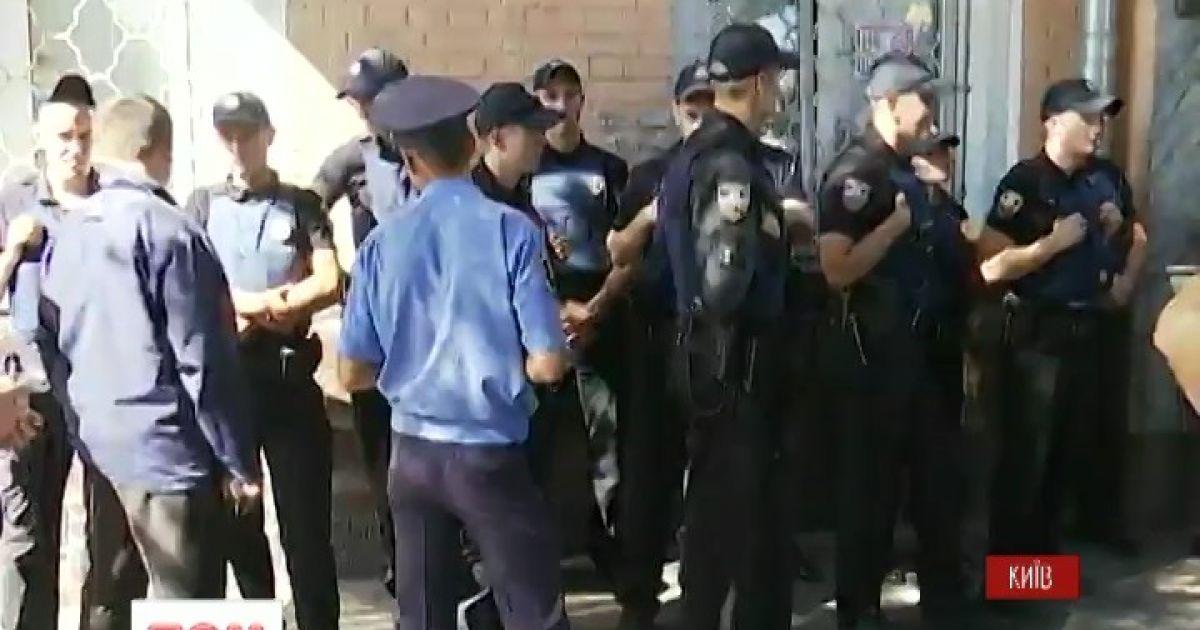 """Полк """"Азов"""" пікетує Печерський райвідділ поліції"""