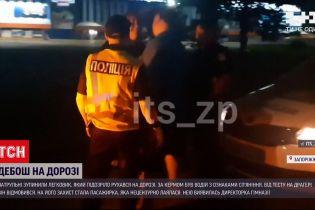 Новини України: у Запоріжжі директорка гімназії кидалася на копів і кричала, що її ґвалтують