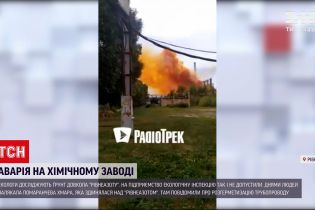 """Новости Украины: экологи исследуют степень загрязнения почвы после аварии на заводе """"РовноАзот"""""""