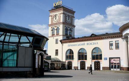 На приміському вокзалі Києва п'яний чоловік заснув на колії і позбувся ніг