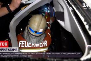 Новини України: у Дніпрі вночі легковик на шаленій швидкості врізався у стовп