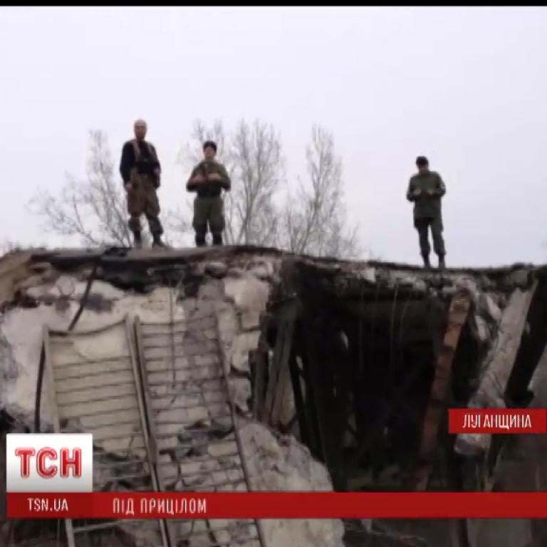 Жители оккупированного Луганска ходят за пенсиями по руинам моста и под прицелом снайперов