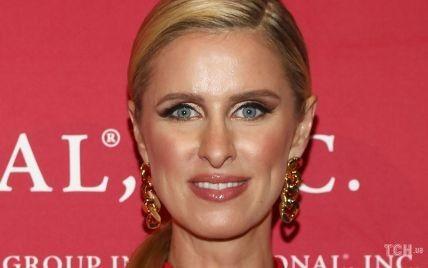 Красное платье на красную дорожку: Ники Хилтон появилась на мероприятии в Нью-Йорке