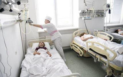 Майже дві сотні дітей отруїлися в одній з гімназій Києва: відео