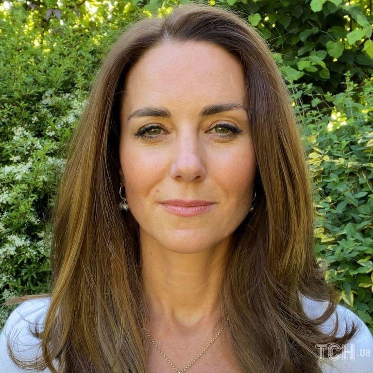 В белом топе и с особенной подвеской на шее: герцогиня Кейт на открытии Королевского фонда