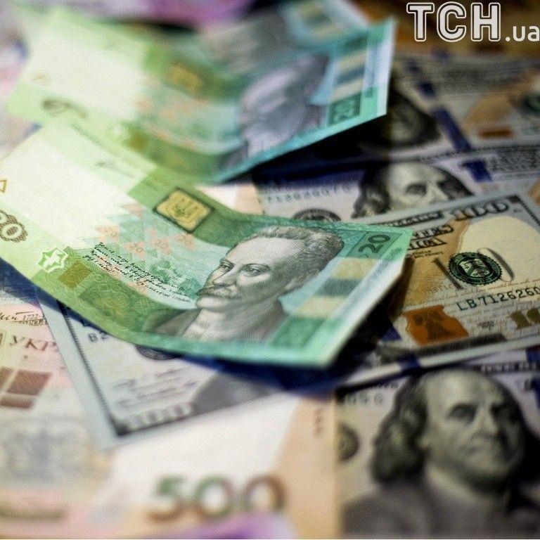 Зарплаты украинцев за месяц существенно уменьшились: кому и где больше всего платят