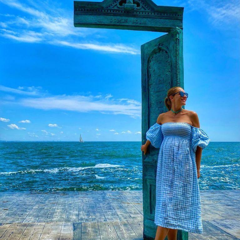 Надела платье в цвет неба: беременная Катя Осадчая на одесском побережье