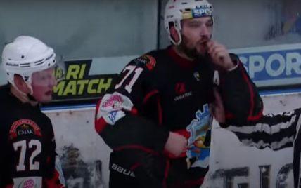 Дикий скандал в украинском хоккее на расовой почве: игрок изобразил обезьяну с бананом перед американцем (видео)