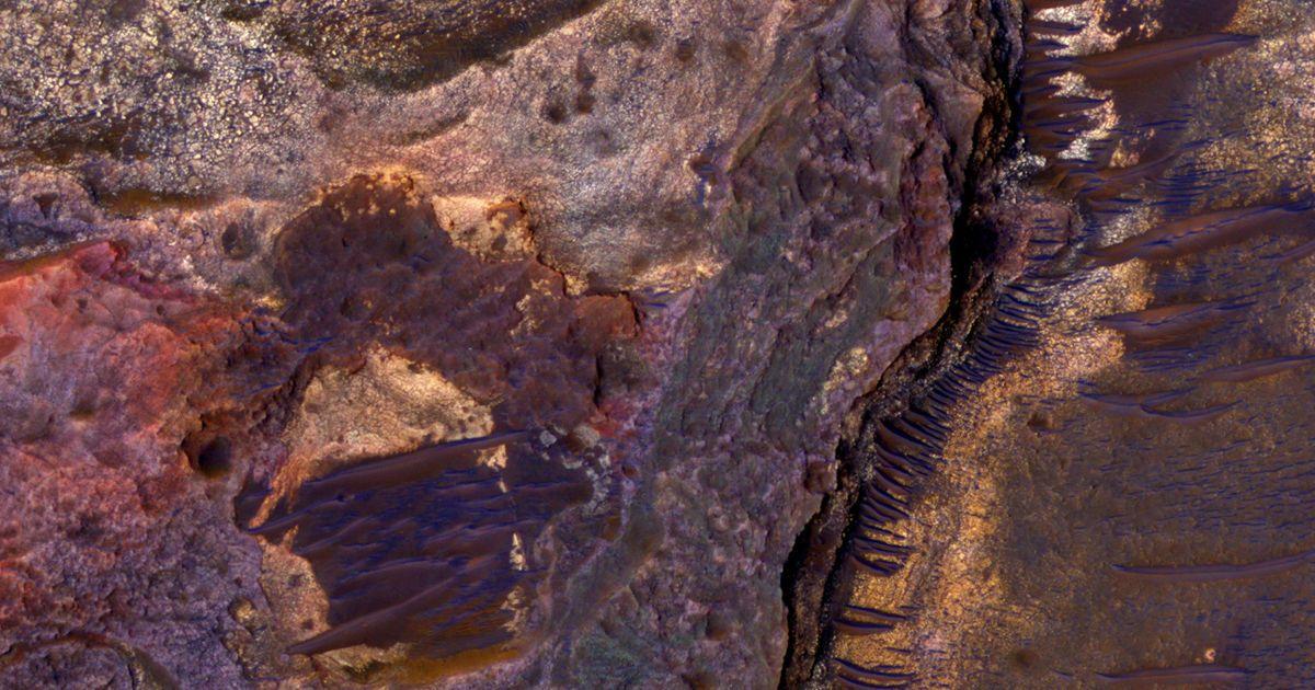 MRO исследует наличие воды на красной планете. / © NASA