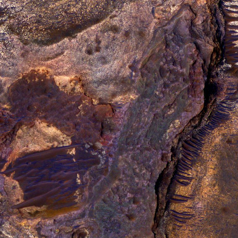 Червона планета: дослідники знайшли під поверхнею Марса озеро з рідкою водою
