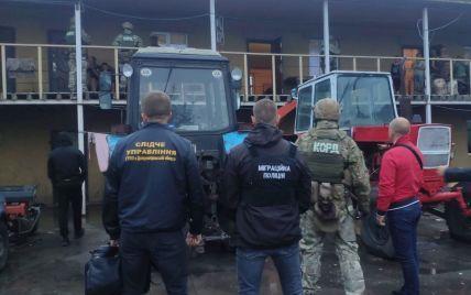 Спали на железных кроватях в бараках: в Днепропетровской области 60 человек находились в трудовом рабстве (фото)