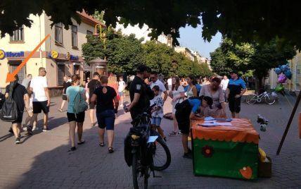 Хотела прогнать: в Ивано-Франковске продавец облила водой уличных музыкантов из-за места для торговли