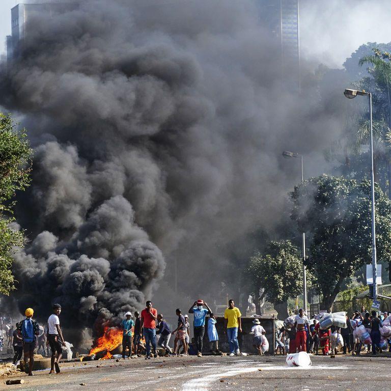 Жертвами протестів через ув'язнення експрезидента ПАР стали майже три сотні осіб