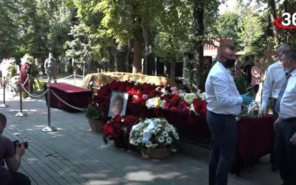 Российского режиссера Меньшова похоронили в Москве рядом с актером, который также прославлял Путина