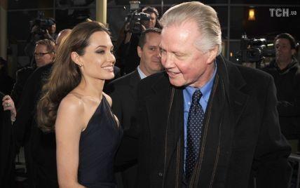 Отец Анджелины Джоли назвал причину ее развода с Питтом