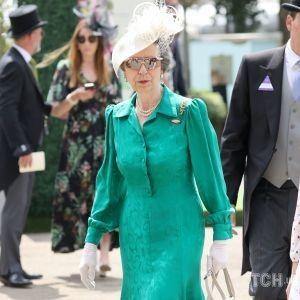 В изумрудном наряде и жемчугах: единственную дочь королевы Елизаветы сфотографировали на скачках