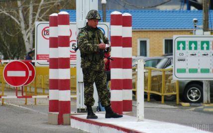 Разворачивают на границе: украинские пограничники не пропускают автомобили с запрещенными номерами