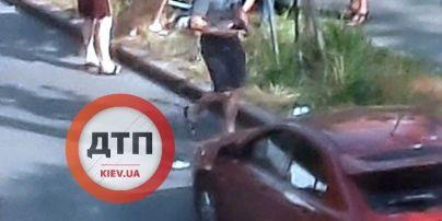 Перебігала в забороненому місці: у Києві автомобіль збив маму з дитиною (фото)
