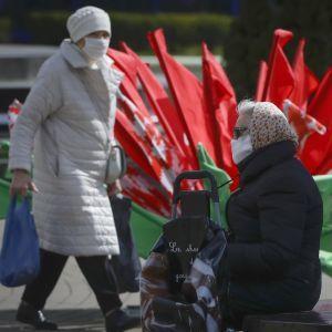 """Лукашенко в розпал пандемії коронавірусу пообіцяв """"організувати, як належить"""" парад 9 травня"""