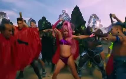 Іншопланетна Леді Гага у купальнику та з рожевим волоссям представила перший за три роки кліп