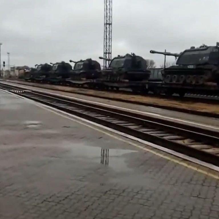 Россия стягивает в оккупированный Крым эшелоны с военной техникой: очевидцы публикуют видео