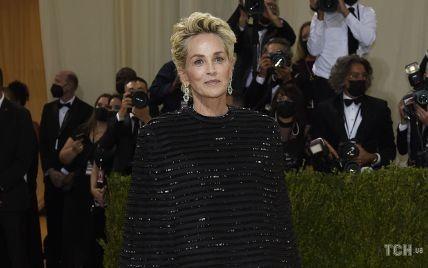 В черном кейпе и с красивыми серьгами: Шерон Стоун в сдержанном аутфите пришла в Метрополитен-музей