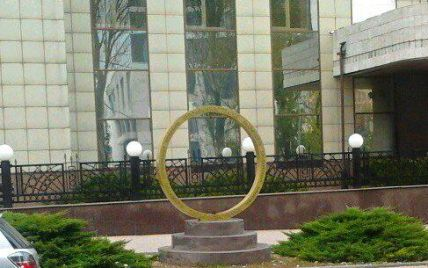 В центре оккупированного Донецка украли памятник гривне