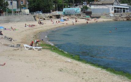 На пляже в Одессе люди принимали солнечные ванны и купались рядом с трупом