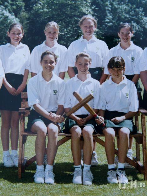 Кейт Миддлтон в школе Сент-Эндрюсс, на фото нижний ряд слева / © Getty Images