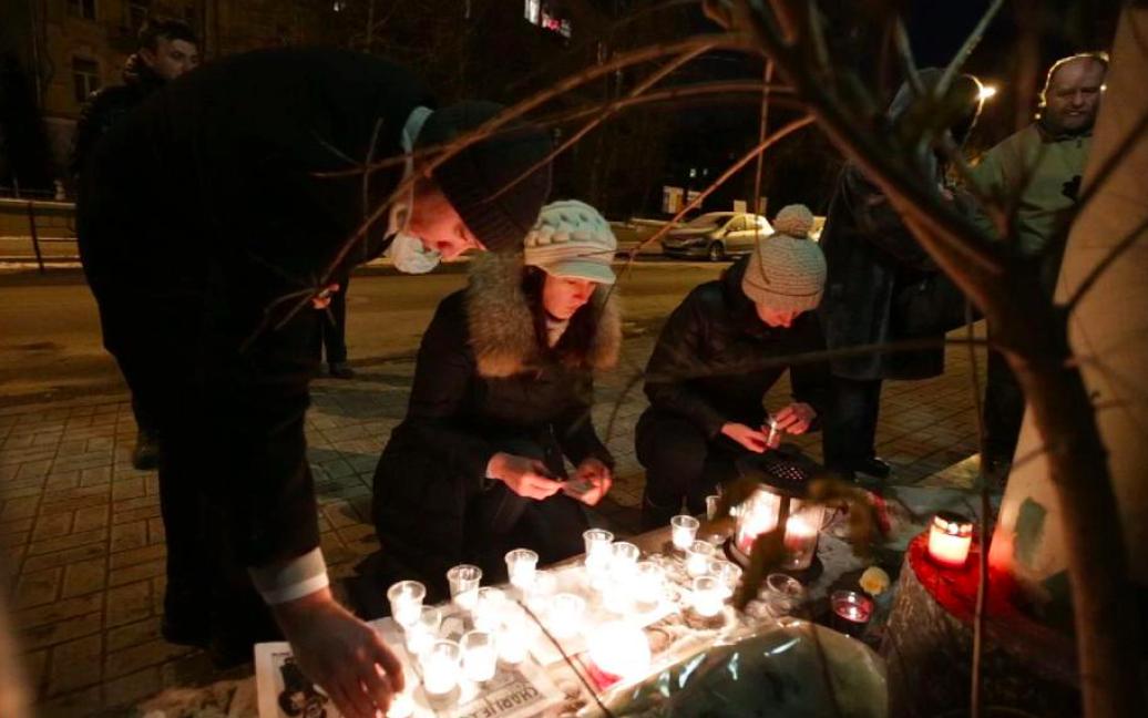 Кияни приносить свічки та квіти / © hromadske.tv