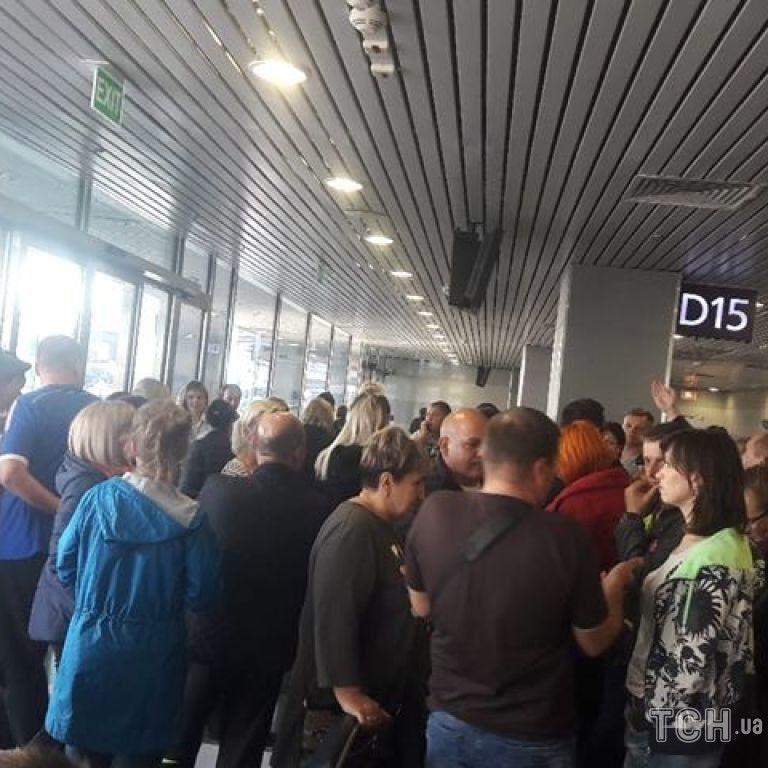 """Авиаколлапс в аэропорту """"Борисполь"""". Две сотни пассажиров полсуток ждут вылета на отдых в Египет"""