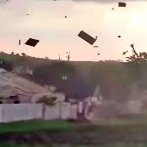 Зривав і трощив дахи та здіймав у повітря все, на що натрапляв: під Запоріжжям пронісся смерч (відео)