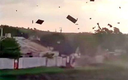 Срывал и крушил крыши и поднимал в воздух все, что встречал на пути: под Запорожьем пронесся смерч (видео)