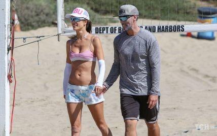 В купальнике и за руку с бойфрендом: Алессандру Амбросио запечатлели на пляже