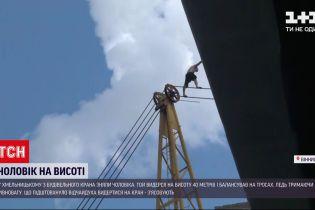 Новини України: у Хмельницькому чоловіка зняли з 40-метрового будівельного крана