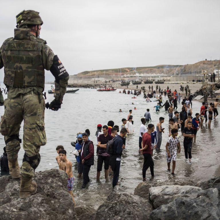 Іспанці стягують війська до кордонів з Марокко через мігрантів: за добу до країни потрапили 6 тисяч нелегалів