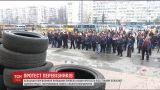 """Шины, палатки, и громкое """"Позор"""": ассоциация перевозчиков провела акцию протеста под стенами КОГА"""