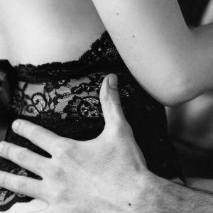 """""""Очманіли від весни"""": у Дніпрі пара зайнялася сексом на балконі готелю, а чоловік встигав ще й себе фільмувати (відео)"""