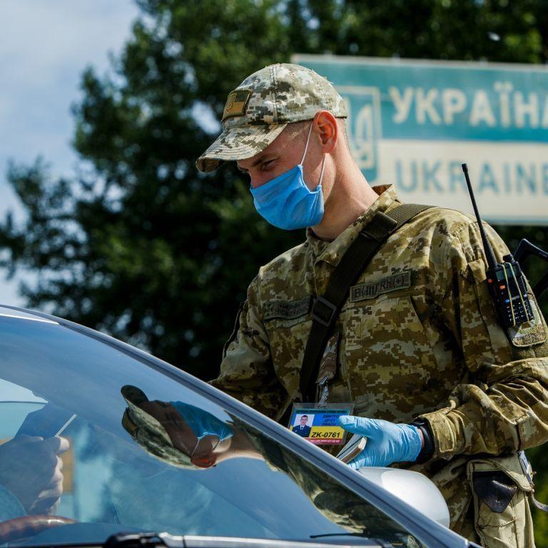 Карантин в Україні: Кабмін змінив порядок перетину кордону та пом'якшив правила обсервації