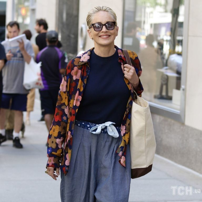 В шароварах и цветочной рубашке: Шерон Стоун прогулялась по городу