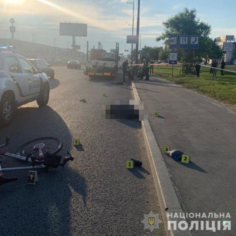 У Києві п'яний пішохід штовхнув велосипедиста під колеса вантажівки: хлопець загинув на місці