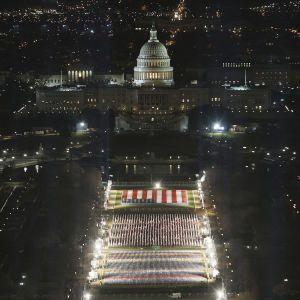 В Вашингтоне накануне инаугурации Байдена установили 200 тысяч флагов
